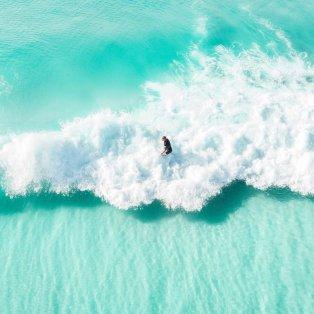Φωτό ημέρας: Κάνοντας surfing στα καταγάλανα αφρισμένα νερά της Αυστραλίας/ Photo: @johndean_/ instagram - Κυρίως Φωτογραφία - Gallery - Video