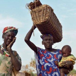 Γυναίκες κουβαλούν τα μωρά τους και εμπόρευμα στο Νότιο Σουδάν – Credits: Simon Maina/AFP - Κυρίως Φωτογραφία - Gallery - Video