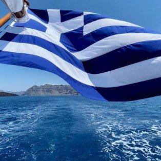 Φωτό ημέρας: Χρόνια πολλά Ελλάδα - Η σημαία μας κυματίζει στο απέραντο γαλάζιο/ Photo: Instagram - @katerinakatopis - Κυρίως Φωτογραφία - Gallery - Video
