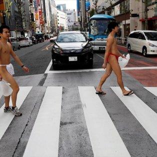 Άντρες μαζεύουν σκουπίδια από τους δρόμους του Τόκιο, φορώντας το παραδοσιακό γιαπωνέζικο εσώρουχο, «fundoshi» - Φωτογραφία: REUTERS / KIM KYUNG-HOON - Κυρίως Φωτογραφία - Gallery - Video