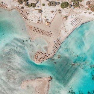 Σαν ζωγραφιά το Ελαφονήσι από ψηλά - Τιρκουάζ νερά και ροζ άμμος/ Photo: Instagram - @kings_greece & @giannis_tsoumetis  - Κυρίως Φωτογραφία - Gallery - Video