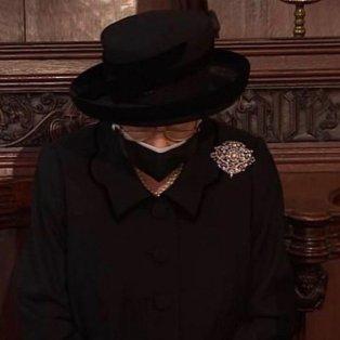 Φώτο ημέρας: Η βασίλισσα Ελισάβετ με βλέμμα οδύνης συνόδευσε τον άντρα της, πρίγκιπα Φίλιππο, στην τελευταία του κατοικία - Κυρίως Φωτογραφία - Gallery - Video