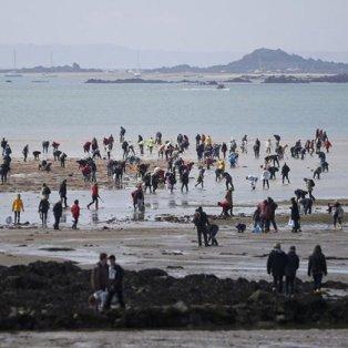 """22/3/15: """"Λαοθάλασσα"""" στο Σεν Μισέλ για την """"παλίρροια του αιώνα"""" που προκάλεσε η έκλειψη - Η επόμενη; Το 2033! Φωτό: ΑFP - Κυρίως Φωτογραφία - Gallery - Video"""