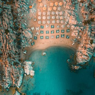 Φωτό ημέρας: Η παραλία Κολυμπήθρες της Πάρου από ψηλά... κόβει την ανάσα με την ομορφιά της/ Photo: Instagram - @moregreece - Κυρίως Φωτογραφία - Gallery - Video