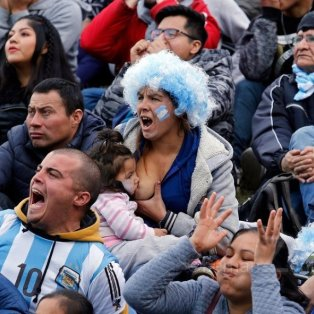 Η εικόνα του φετινού Μουντιάλ: Οπαδός της Αργεντινής θηλάζει το μωρό της στις κερκίδες/ PHOTO: Hernan Zenteno - Κυρίως Φωτογραφία - Gallery - Video