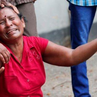 Συγγενής θύματος που έχασε την ζωή του στις φονικές επιθέσεις στη Σρι Λάνκα κλαίει – Credits: Reuters - Κυρίως Φωτογραφία - Gallery - Video