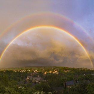 Το σπάνιο υπέροχο διπλό ουράνιο τόξο που εμφανίστηκε στον ουρανό του Derbyshire – Credit: John Finney - Κυρίως Φωτογραφία - Gallery - Video