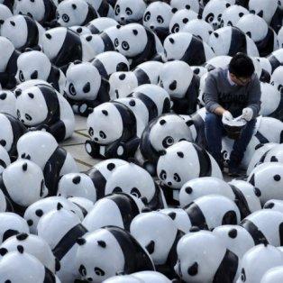 12/12/14 - Τα... Πάντα όλα! Ένας Κινέζος κυριολεκτικά χαμένος, ανάμεσα σε 1.600 γλυπτά των διάσημων ασπρόμαυρων θηλαστικών! Photo: Getty Images - Κυρίως Φωτογραφία - Gallery - Video