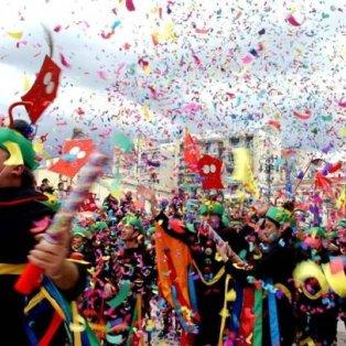 22/2/15: Άρματα, κοστούμια, κομφετί, σερπατίνες & πολύ κέφι: Σε ρυθμούς Πατρινού Καρναβαλιού κινείται πλέον όλη η Αχαΐα! - Κυρίως Φωτογραφία - Gallery - Video