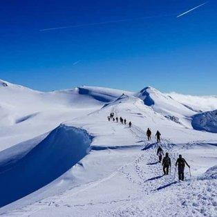 Πεζοπορία στα υπέροχα χιονισμένα βουνά της Ελλάδας - Φανταστική λήψη για μία μοναδική εμπειρία (Φωτό: @visitgreecegr) [Δείτε περισσότερες φωτογραφίες στο madeingreece.news] - Κυρίως Φωτογραφία - Gallery - Video