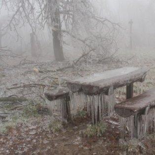 3/12/2014: Αυτό θα πει κρύο! Πάγωσαν και τα... παγκάκια στη Βουδαπέστη με τους σταλακτίτες να δημιουργούν ένα ψυχρό & μοναδικό υπερθέαμα! «Ουάου» και «μπρρ» μαζί! Φωτό: Corbis - Κυρίως Φωτογραφία - Gallery - Video