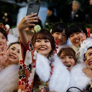 Φωτογραφία της ημέρας: Όμορφα κορίτσια βγάζουν selfie στη διάρκεια μιας γιορτής στη Disneyland του Τόκιο - AP  - Κυρίως Φωτογραφία - Gallery - Video