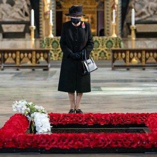 Φωτό ημέρας: Η βασίλισσα Ελισάβετ με μαύρη μάσκα/ Photo: Instagram - @pointdevue - Κυρίως Φωτογραφία - Gallery - Video