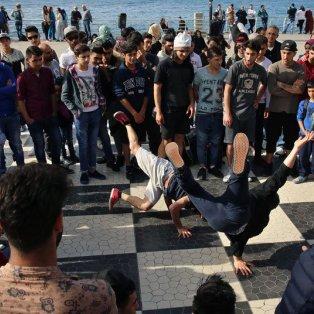 Λιβανέζοι και Σύριοι νέοι χορεύουν μπροστά στην Μεσόγειο – Φωτογραφία AP Photo - Κυρίως Φωτογραφία - Gallery - Video
