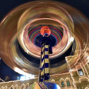 09/12/2014 - Εντυπωσιακή φωτό από το πολύχρωμο καρουσέλ που στήθηκε στην κόκκινη πλατεία της Μόσχας! Picture: AFP/Getty Images - Κυρίως Φωτογραφία - Gallery - Video
