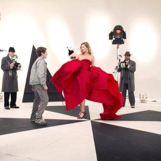 05/12/2014 - Ασπρόμαυρη αισθητική και κόκκινο της φωτιάς με την Κέιτ Μος πρωταγωνίστρια στα γυρίσματα ενός Χριστουγεννιάτικου σήριαλ για το BBC! Picture: BBC - Κυρίως Φωτογραφία - Gallery - Video