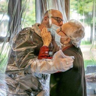 Αγκαλιές & φιλιά στην εποχή του Covid/ Photo: Domenico Sartor/Handout/ Reuters/ Instagram - Κυρίως Φωτογραφία - Gallery - Video