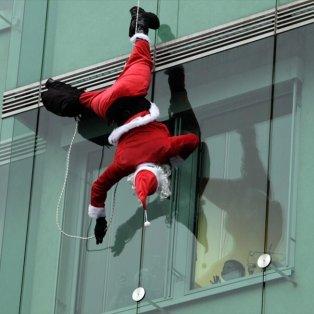 17/12/2014 - «Ριψοκίνδυνος» Άγιος Βασίλης επισκέπτεται παιδιατρική κλινική στη Λιουμπλιάνα της Σλοβενίας και προσφέρει χαμόγελα στα παιδιά! REUTERS / SRDJAN ZIVULOVIC - Κυρίως Φωτογραφία - Gallery - Video