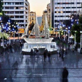 21/12/14: Το φωτολουσμένο «Καραβάκι της Ελπίδας» που κοσμεί την πλατεία Συντάγματος - Συμβολίζει την ανθρωπιά, την αλληλεγγύη και τη χαρά! - Κυρίως Φωτογραφία - Gallery - Video