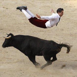 22/12/14 - Μαγεία! Ένας... αθεόφοβος Ισπανός ταυρομάχος, ίπταται πάνω από τον μαινόμενο ταύρο  στη διάρκεια επίδειξης στο Κάλι της Κολομβίας! Φωτό: Reuters/ Jaime Saldarriaga - Κυρίως Φωτογραφία - Gallery - Video