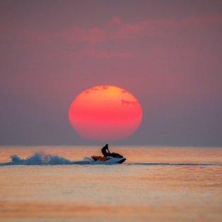 Φωτογραφία της ημέρας ο άντρας που διασχίζει με τζετ σκι την λίμνη Βαν το ηλιοβασίλεμα - Getty Images - Κυρίως Φωτογραφία - Gallery - Video