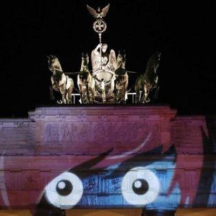 Η Πύλη του Βρανδεμβούργου φωτισμένη στα πλαίσια του φεστιβάλ «Berlin leuchtet» - Φωτογραφία: EPA / FELIPE TRUEBA - Κυρίως Φωτογραφία - Gallery - Video