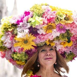 Εντυπωσιακό καπέλο από πολύχρωμα λουλούδια στην Πασχαλινή παρέλαση της Νέα Υόρκης - Credits:  Jeenah Moom/AP - Κυρίως Φωτογραφία - Gallery - Video
