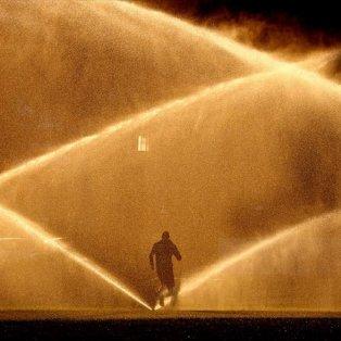 Ένας άνδρας κάνει τζόκινγκ περνώντας μέσα από ένα σιντριβάνι στην Ουάσιγκτον - Φωτογραφία: REUTERS / KEVIN LAMARQUE - Κυρίως Φωτογραφία - Gallery - Video