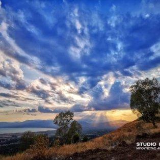 Φωτογραφία της ημέρας: Μαγικό Κυριακάτικο ηλιοβασίλεμα στο Ναύπλιο - Ο ήλιος παίζει με τα σύννεφα  - Κυρίως Φωτογραφία - Gallery - Video