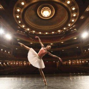 Η μπαλαρίνα Fang Mengying από το Εθνικό Μπαλέτο της Κίνας συμμετέχει σε πρόβα στο δημοτικό θέατρο κατά τη διάρκεια εθνικής περιοδείας -  Liu Yu/Xinhua/Barcroft Media - Κυρίως Φωτογραφία - Gallery - Video