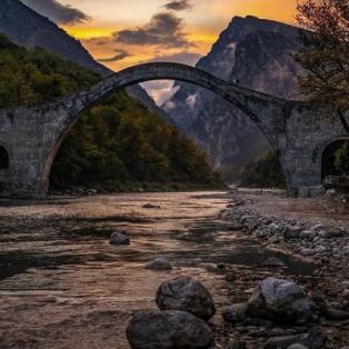 Μαγική εικόνα: Το γεφύρι της Πλάκας στα Τζουμέρκα με την ματιά του @kafetsis.a.fotis - Ένα φθινοπωρινό τοπίο  - Κυρίως Φωτογραφία - Gallery - Video