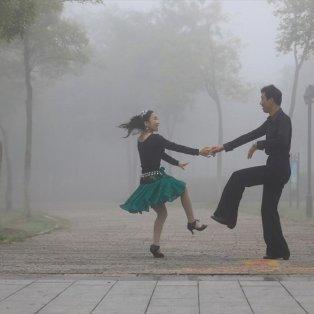 Ένα ζευγάρι χορεύει στην ομίχλη, στο Χουαϊάν της Κίνας - Φωτογραφία: REUTERS / CHINA STRINGER NETWORK - Κυρίως Φωτογραφία - Gallery - Video