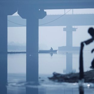 Για ορισμένους τα αυτονόητα δεν είναι και απλά! Όπως για τον άνδρα που πλένει ρούχα στον παγωμένο ποταμό Yamuna - Φωτογραφία: REUTERS / ADNAN ABIDI - Κυρίως Φωτογραφία - Gallery - Video