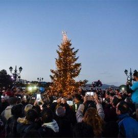 Με δάκρυα αλλά και χαρά οι πυρόπληκτοι στο Μάτι άναψαν τα φώτα στο χριστουγεννιάτικο δέντρο (Φωτό) - Κυρίως Φωτογραφία - Gallery - Video