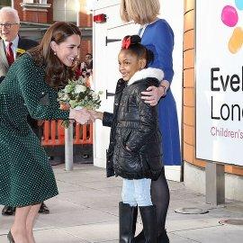 Με κομψό πουά φόρεμα η Κέιτ Μίντλεντον επισκέφθηκε παιδάκια στο ίδιο νοσοκομείο που πήγε η Νταϊάνα πριν 24 χρόνια - Κυρίως Φωτογραφία - Gallery - Video