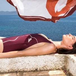 Made in Greece o οίκος Parthenis: Μεταξωτά καφτάνια, μαντήλια Σουφλίου, μαγιό, πετσέτες θαλάσσης & αξεσουάρ σε μία limited συλλογή σε συνεργασία με τον David Downton - Κυρίως Φωτογραφία - Gallery - Video