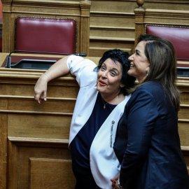 Λαμπερά χαμόγελα, φιλιά, αγκαλιές & κουβεντούλα - Το Backstage της ορκωμοσίας στη βουλή σε εικόνες (φώτο) - Κυρίως Φωτογραφία - Gallery - Video