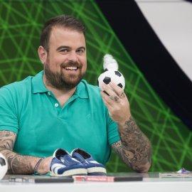«Στο Πλεχτό»: η νέα χιουμοριστική εκπομπή για το ποδόσφαιρο, σε παραγωγή Cosmote Tv - Κυρίως Φωτογραφία - Gallery - Video