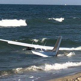 Πιλότος προσγείωσε αεροσκάφος στη θάλασσα του Μέριλαντρ, λόγω μηχανικής βλάβης – Η αντίδραση των λουόμενων - Κυρίως Φωτογραφία - Gallery - Video