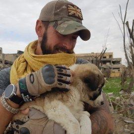 Story of the day: Βρετανός έσωσε κουτάβι στη Ράκα και έκανε τη ζωή τους ...βιβλίο - Κυρίως Φωτογραφία - Gallery - Video