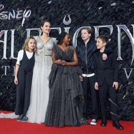 Η Αντζελίνα Τζολί σαν ασημένια βασίλισσα! Η τουαλέτα που θα αφήσει εποχή - Η κόρη της Ζαχάρα την ακολουθεί στιλάτη & θηλυκή (φώτο) - Κυρίως Φωτογραφία - Gallery - Video