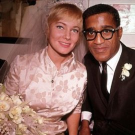 1960: Ο μαύρος Σάμι Ντέιβις παντρεύεται την κατάξανθη Σουηδέζα του May Britt - Σάλος αφού απαγορεύονταν οι γάμοι λευκών με μαύρους (φώτο) - Κυρίως Φωτογραφία - Gallery - Video
