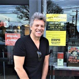 O Jon Bon Jovi άνοιξεδύο εστιατόριαγια τους φτωχούς: Εδώτρώνεδωρεάνόσοιέχουνανάγκη& εκείνοςπολλέςφορέςτους σερβίρει!   - Κυρίως Φωτογραφία - Gallery - Video