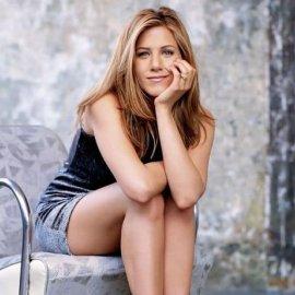 Η Jennifer Aniston βγαίνει βόλτα μαζί με τον σκύλο της & ποζάρει με μίνι φόρεμα & ψηλά τακούνια - Φώτο  - Κυρίως Φωτογραφία - Gallery - Video