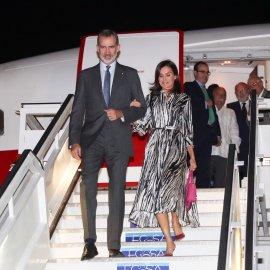 Εντυπωσιακήστην άφιξητης στην Αβάνα η Βασίλισσα Λετίθια της Ισπανία: Ασπρόμαυροολομέταξοφόρεμα &κόκκινεςγόβες- Φώτο & Βίντεο  - Κυρίως Φωτογραφία - Gallery - Video