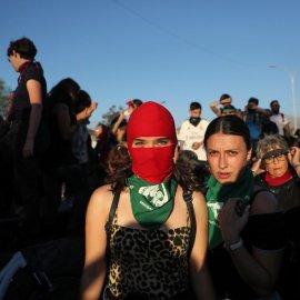 """""""Ο βιαστής είσαι εσύ"""": Χιλιάδες γυναίκες χορεύουν αυτό το τραγούδι στους δρόμους της Χιλής & στέλνουν ένα παγκόσμιο μήνυμα  κατά της βίας (φώτο-βίντεο) - Κυρίως Φωτογραφία - Gallery - Video"""