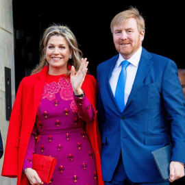 Η βασίλισσα Μάξιμα σε μια τολμηρή εμφάνιση: Συνδύασε υπέροχα chic κόκκινο - γιορτινό πανωφόρι με μωβ cocktail φόρεμα - Φώτο  - Κυρίως Φωτογραφία - Gallery - Video