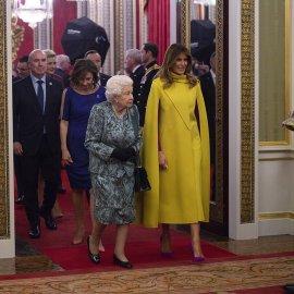 Η βασίλισσα Ελισάβετ με σπάνιο floral φουστάνι, το εντυπωσιακό κίτρινο της Μελάνια Τράμπ, το λαδί της Μαρέβας & τοrecycled της Κέιτ  - Κυρίως Φωτογραφία - Gallery - Video