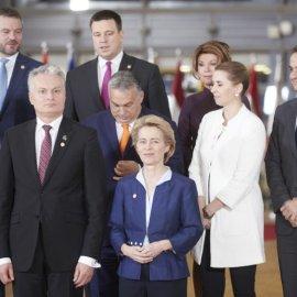 Viral φωτογραφία με τον Κυριάκο Μητσοτάκη & την Καγκελάριο της Αυστρίας στη Σύνοδο Κορυφής στις Βρυξέλλες - Τι έκανε για να τον φτάσει; - Κυρίως Φωτογραφία - Gallery - Video