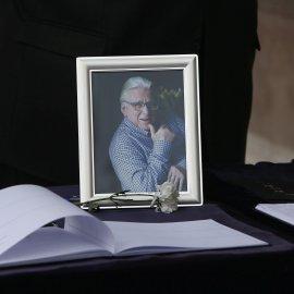 Οι πρώτες φωτογραφίες από την κηδεία του πολυαγαπημένου μας Κώστα Βουτσά – Το τελευταίο αντίο της συντετριμμένης συζύγου του & των παιδιών του (φωτό) - Κυρίως Φωτογραφία - Gallery - Video